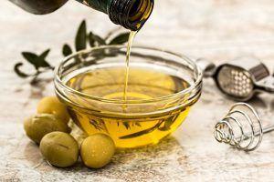 olive oil in glass bowl