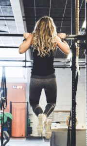 woman doing bar lifts